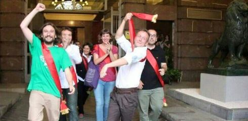 Los concejales de Zaragoza en Común abandonando el Consistorio. Foto: Vera Benavente